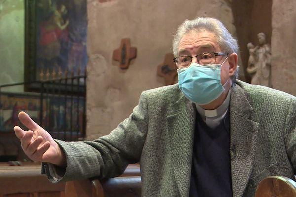 Un an après le début de l'épidémie de COVID 19 en France, un prêtre de Montluçon (Allier) touché par le virus revient sur cette expérience.