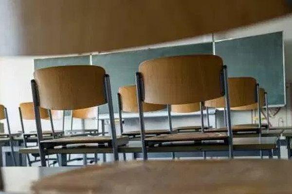 Une classe fermée dans une école. (JENS SCHLUETER/AFP)