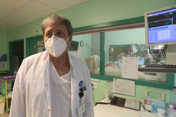 Xavier Capdevilla, chef du service réanimation au CHU de Montpellier; devant un patient atteint de défaillance respiratoire.