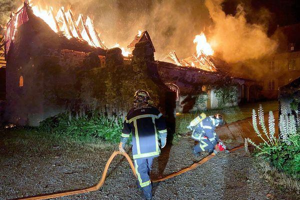 Pas moins d'une quarantaine de pompiers de sept casernes du Lot ont été mobilisés dans la nuit du 30 juin au Bourg pour que le château de la Rauzé soit épargné. 30 juin 2021.