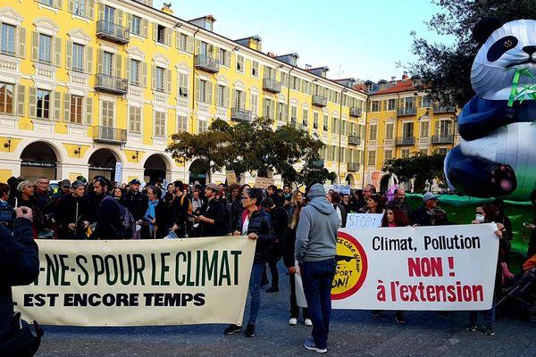 Les manifestants rassemblés place Garibaldi.