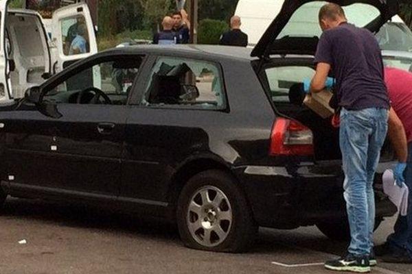 La voiture a essuyé une dizaine de coups de feu.