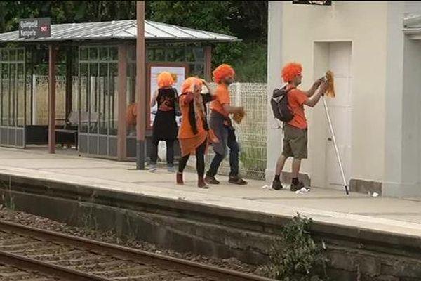 Action du collectif Aïta! pour la langue bretonne en gare de Quimperlé