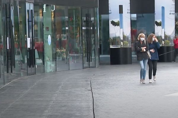 Le centre commercial avait accueilli plusieurs millions de visiteurs l'année dernière. A Villefontaine, en Isère, The Village rouvre ses portes après 2 mois de fermeture liée au confinement.