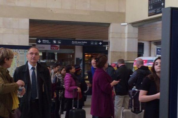 Environ 200 personnes sont bloquées en gare de Poitiers. Les voyageurs ont été rassemblés dans le hall d'accueil.