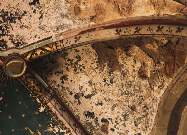 Suite à des intempéries répétitives, au fil du temps les décorations des plafonds ont été abîmées