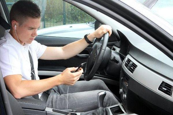 Les oreillettes en conduisant, c'est désormais interdit.