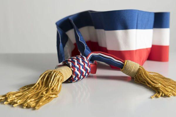 Les maires élus au premier tour pourront bientôt porter l'écharpe tricolore, symbole de leurs fonctions municipales.
