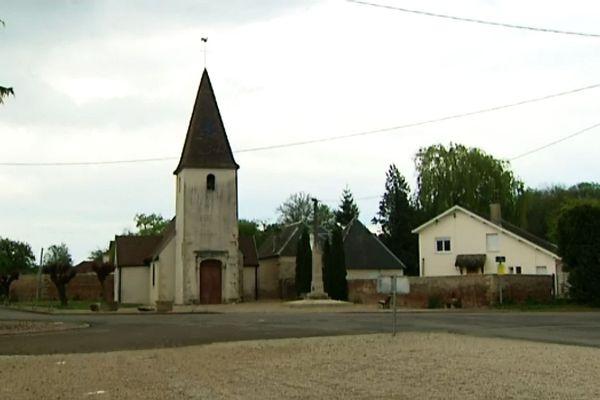 L'église et le monument aux morts d'Echigey, de nos jours.