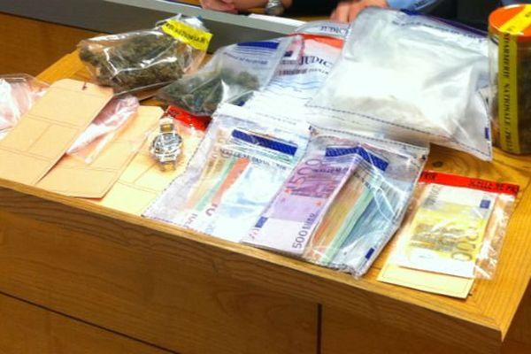 Saisie de plus d'1 kg de cocaïne et 12 000 euros en liquide.