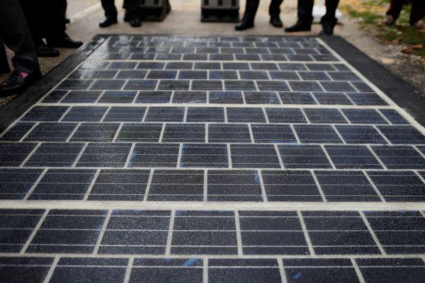 Des dalles solaires destinées aux routes et pistes cyclables.