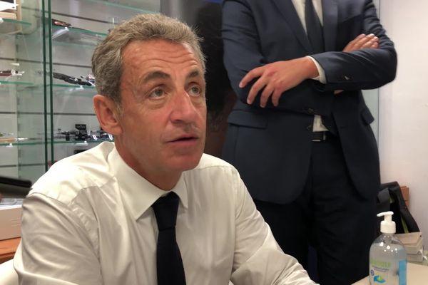 """En dédicace à Chalon-sur-Saône, l'ancien président de la République a été interrogé sur la polémique déclenchée après son passage dans l'émission """"Quotidien""""."""