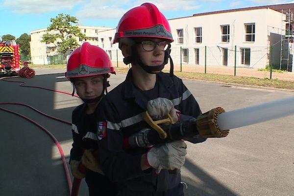 Deux jeunes sapeurs-pompiers volontaires (Elsa et Pierre, 15 ans) en plein exercice au centre de secours de Fismes (Marne).