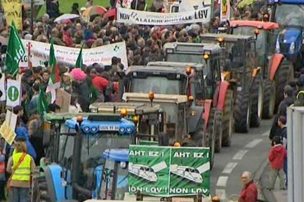 De 8 à 3 000 manifestants selon les sources ont défilé contre la future ligne à grande vitesse.