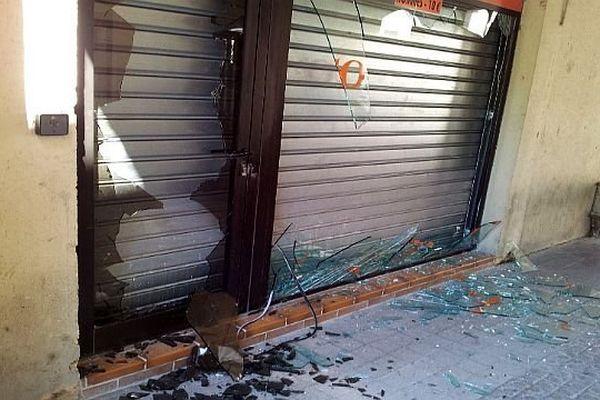 Roquemaure (Gard) - plusieurs boutiques et 5 voitures du centre ville ont été vandalisées après la rixe - 27 juillet 2014