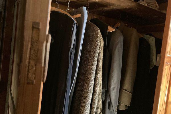 Des maisons voient leur contenu mis aux enchères, tout y passe du mobilier jusqu'aux vêtements