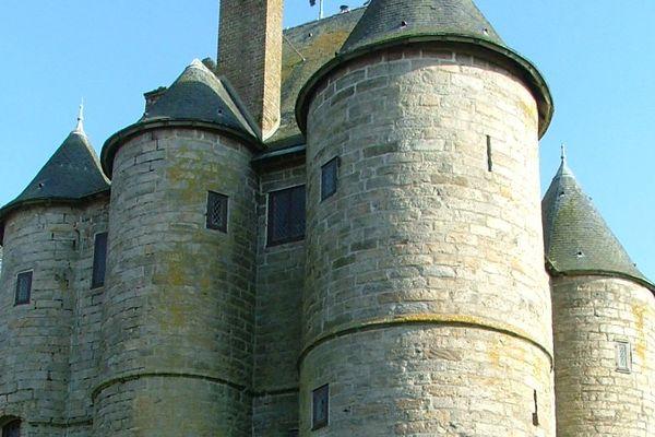 Le donjon de Bours a bien perdu son seigneur à Azincourt mais pas celui qu'on croit.