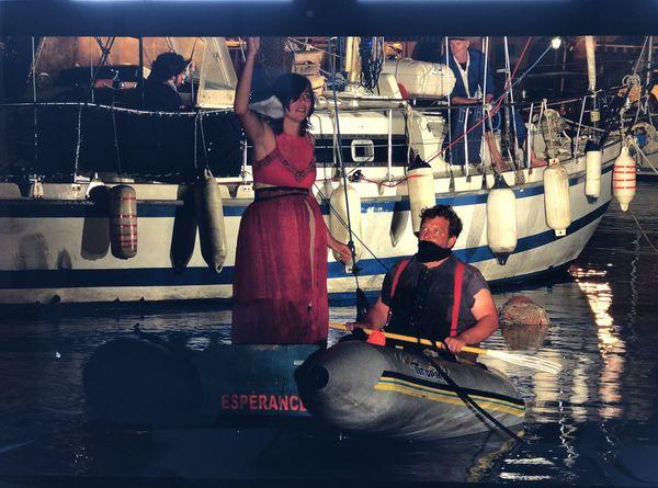 Mandine et Emilien font résonner leurs voix engagées dans un port de Méditerranée