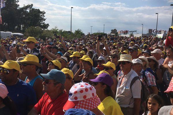 Des milliers de spectateurs présents sous la chaleur sur la ligne d'arrivée de la 4ème étape du Tour de France à Sarzeau le 10 juillet 2018