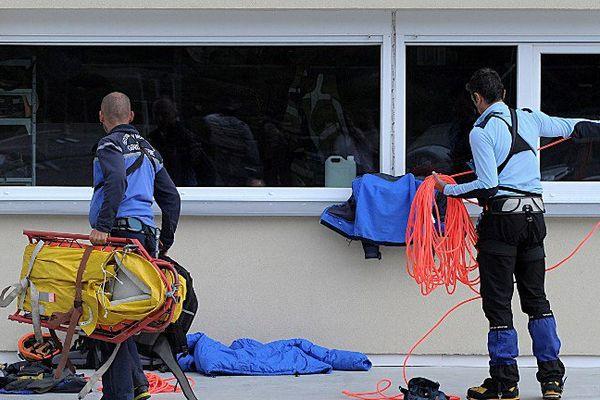 Aussitôt alerté, le PGHM de Briançon a envoyé une quinzaine de secouristes sur place, parmi lesquels deux maîtres-chiens et deux médecins urgentistes.