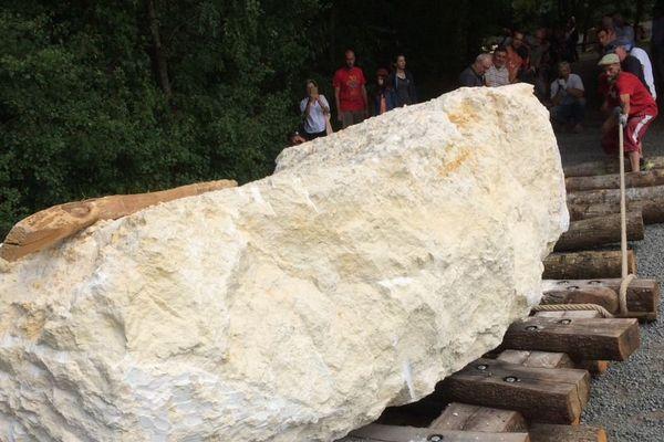 Il faut une centaine de personnes pour déplacer cette pierre de plus de 12 tonnes.