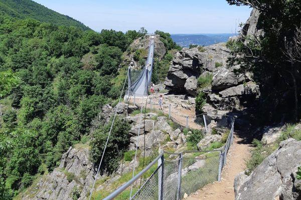 La passerelle de Mazamet dans le Tarn traverse les gorges de l'Arnette à 70 mètres de haut et se franchit à pied sur 170 mètres.