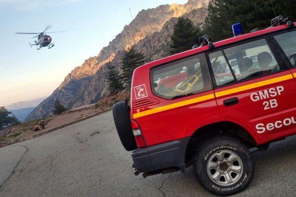 10/06/15 - La noria des hélicoptères de secours sur les lieux de la catastrophe à Asco (Haute-Corse)