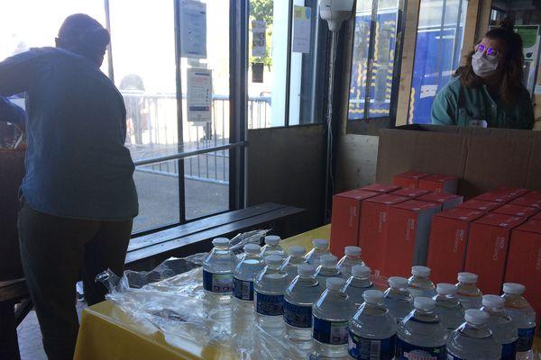 Ici, une quinzaine de bénévoles distribuent quotidiennement une centaine de repas.