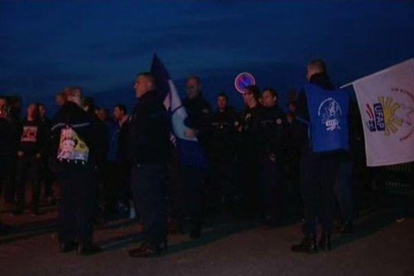 Les surveillants de prison rassemblés devant la prison de Liancourt