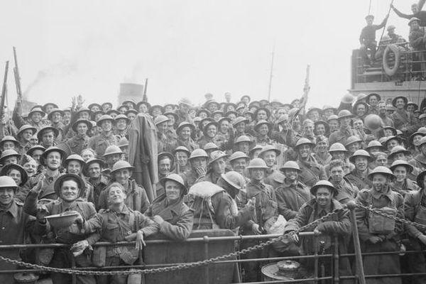 Les soldats britanniques évacués de Dunkerque, heureux et soulagés de retrouver Douvres et l'Angleterre le 31 mai 1940.