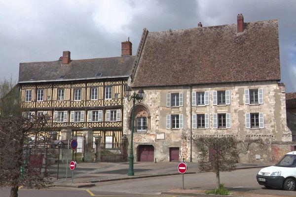 Avril 2021- Vieux-Château du Neubourg (Eure) où vieilles pierres et charpente ont besoin d'urgents travaux de restauration.