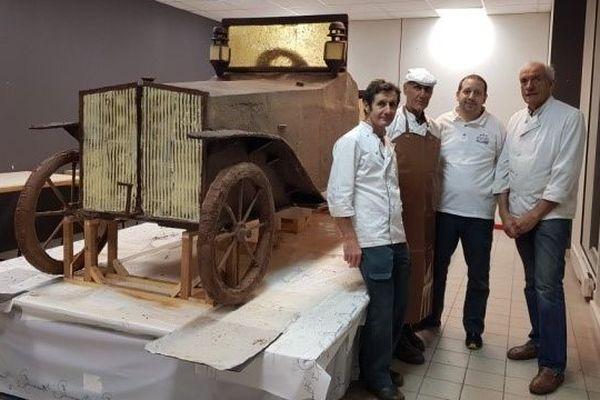 La voiture en chocolat en taille réelle a nécessité un mois de travail.
