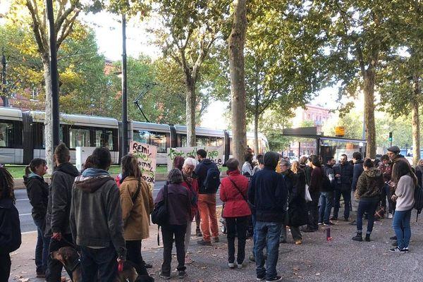 Une quarantaine de personnes se sont rassemblées devant le tribunal ce jeudi matin en soutien à la famille de Rami Fraisse