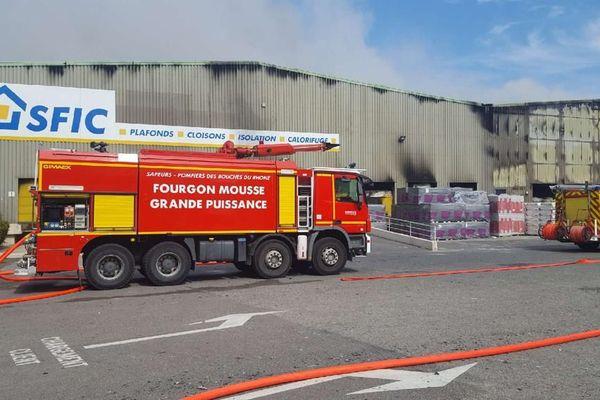L'intervention des sapeurs-pompiers a évité que le feu se propage sur deux autres structures.