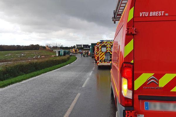 Le poids lourd qui transportait des porcs s'est couché dans la collision à Ploudaniel dans le Finistère