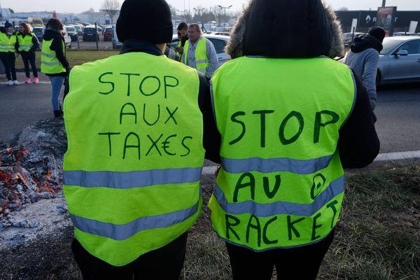 Des Gilets jaunes occupant le rond point Lazzaro à Colombelles dans le Calvados, jeudi 22 novembre 2018
