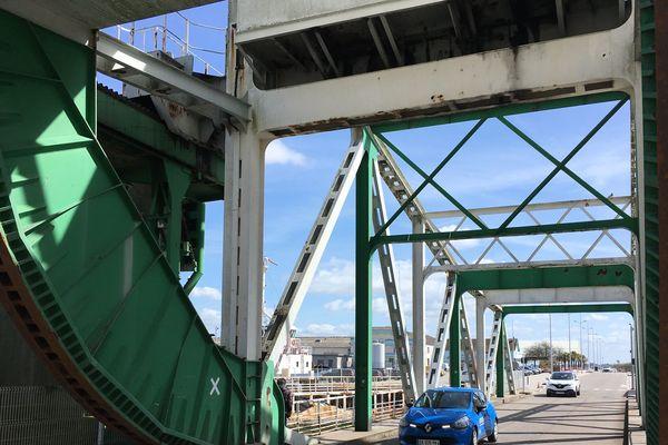 Blanc et vert, le pont basculant est le second ouvrage, avec le pont tournant bleu et rouge, de l'entrée sud du port de Saint Nazaire. Il sera en travaux en 2019-2020.