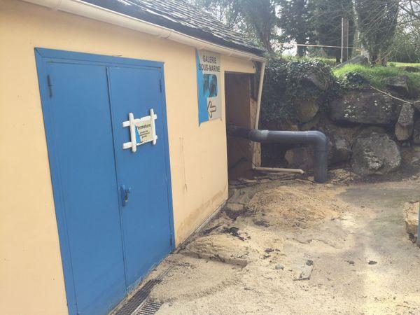 la galerie souterraine permettant au public de voir les dauphins dans leurs bassins a été inondée.