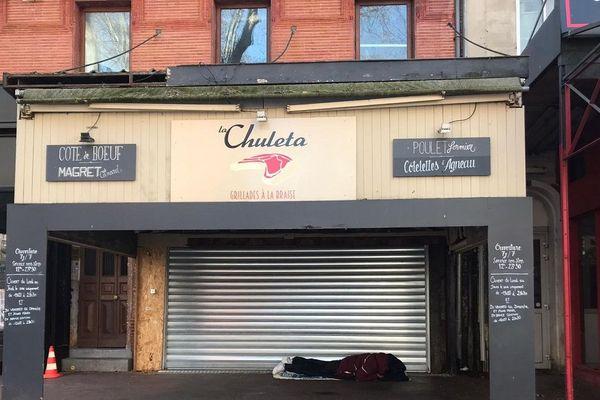 Un sans abri dans une rue de Toulouse.