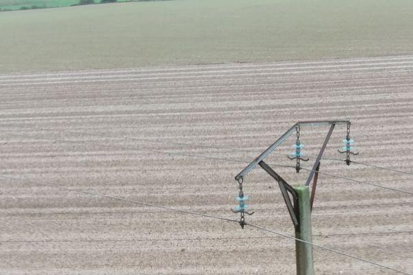 L'hélicoptère vole au plus près des lignes moyenne tension