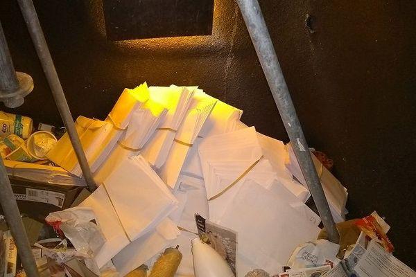 Des milliers d'enveloppes contenant la propagande électorale ont été jetées à la poubele à Sartilly