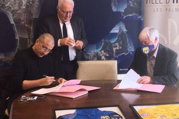 Mourad Boudjellal signe son engagement.