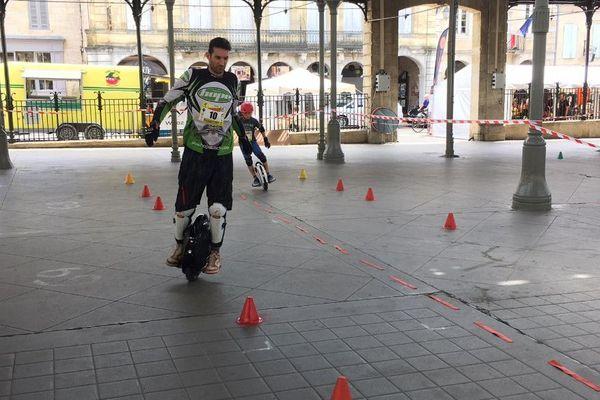 Démonstration de gyroroue électrique à Monségur pour la première compétition nationale de Wheels games.