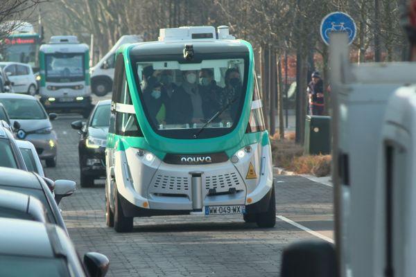 A Vincennes, la navette circule au contact des autres voitures.