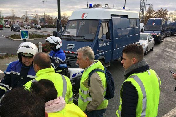 Les forces de l'ordre ont voulu évacuer les manifestants qui filtraient l'entrée au Rives d'Arcins de Bègles.