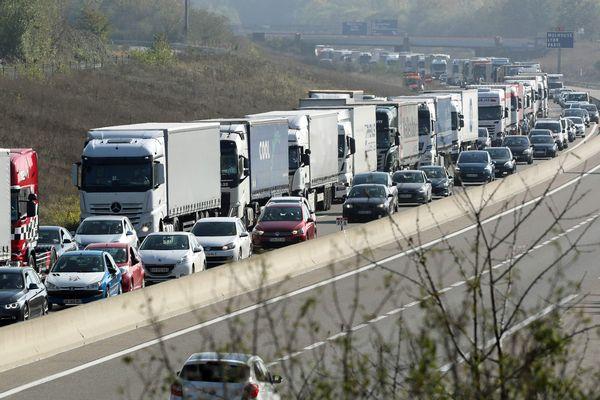 Bouchon sur l'autoroute A35 à hauteur de Battenheim (Haut-Rhin) suite à un accident entre deux camions.