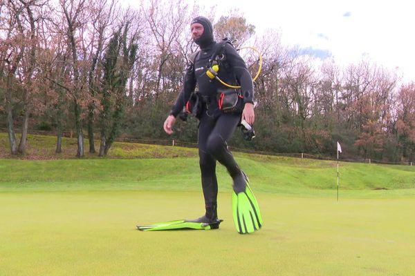 Jérôme Dugué n'hésite pas à se déplacer en combinaison de plongée. Insolite sur un parcours de golf !