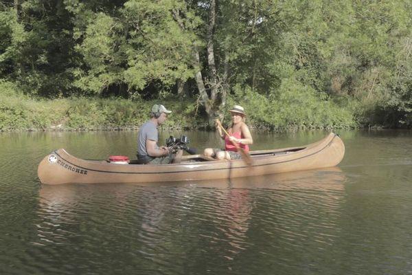 """Julie Hattu sur la rivière Mayenne pour le magazine """"Envie Dehors"""""""