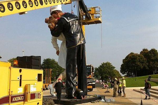 The Kiss, sculpture monumentale en installation devant le mémorial de Caen, 23 septembre 2014
