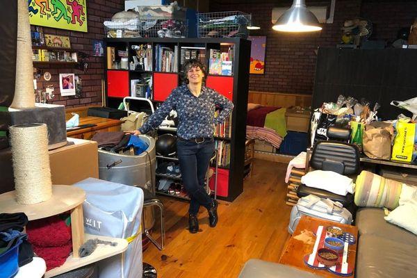 Depuis le 1er juillet, Virginia Begnis vit dans son salon de coiffure barbier à Nice.